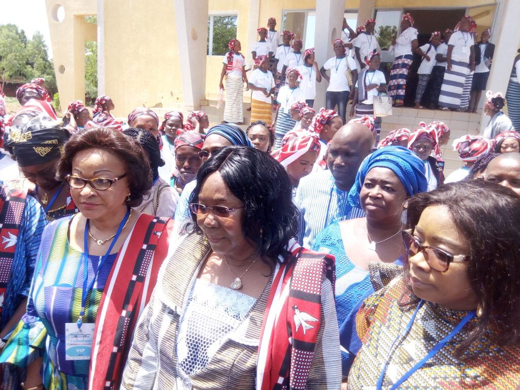 L'épouse du premier ministre ( au milieu) a chapeauté les échanges autour du forum