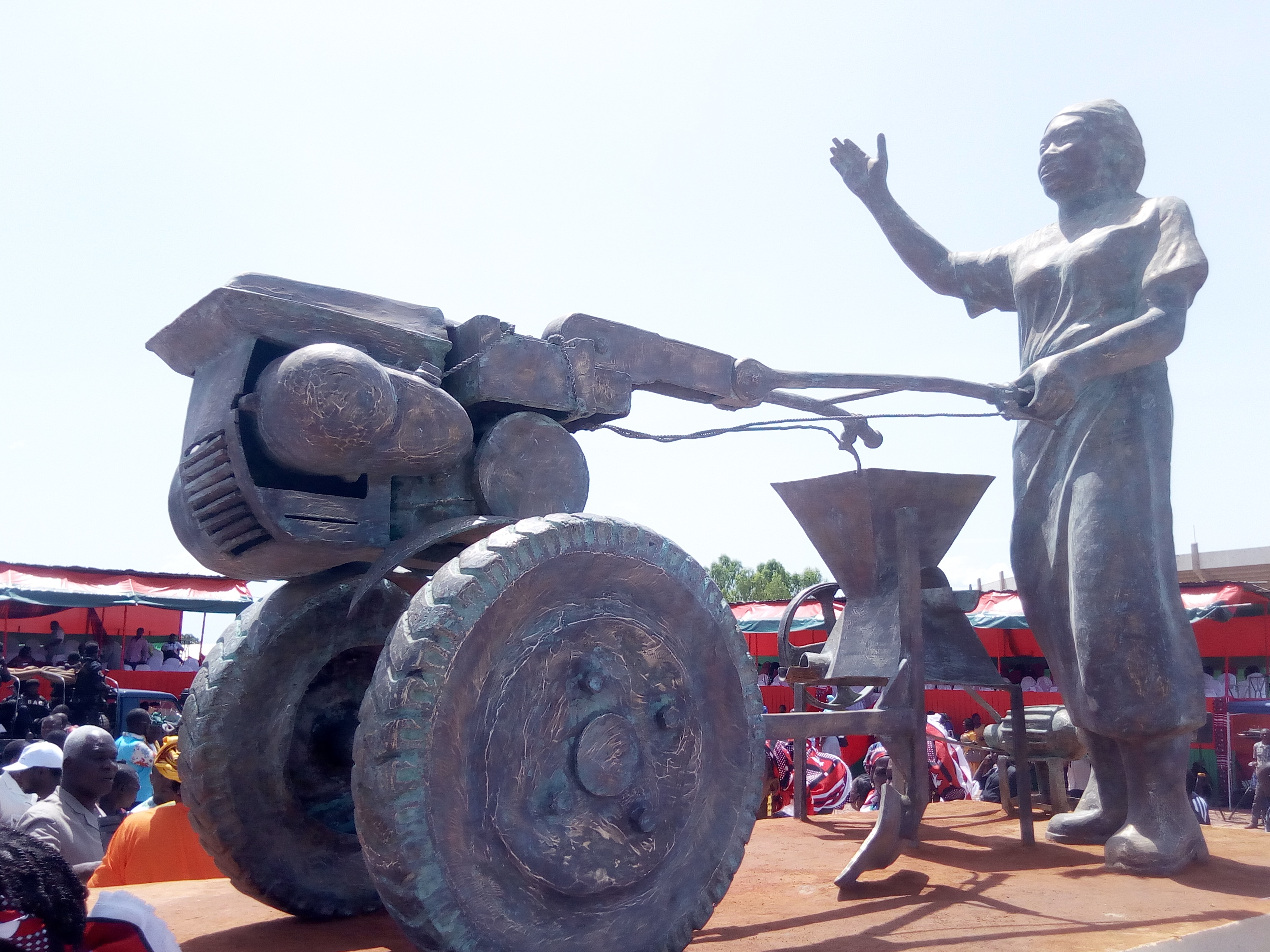 CAMPAGNE DE CONFINEMENT DE LA HOUE AU MUSEE : Voici le sens de la statue de Bobo