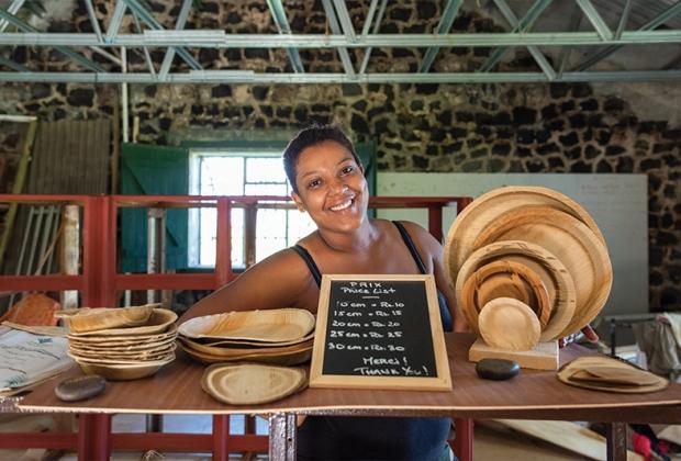 Découverte:                      Avec son mari, elle fabrique des assiettes en feuilles de palmier pour éliminer le plastique