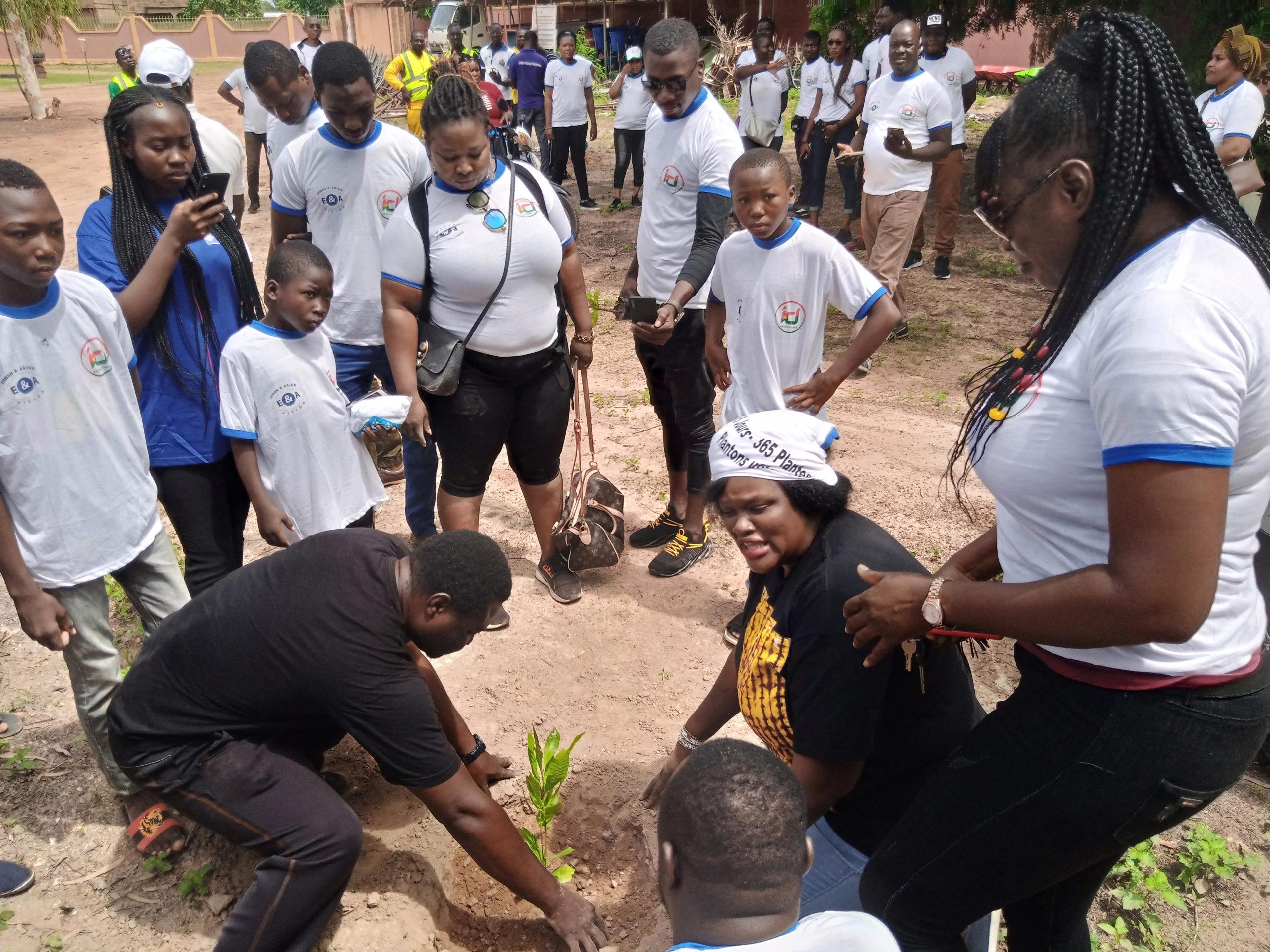 Reboisement :                        Des Acteurs Culturels plantent à Komsilga
